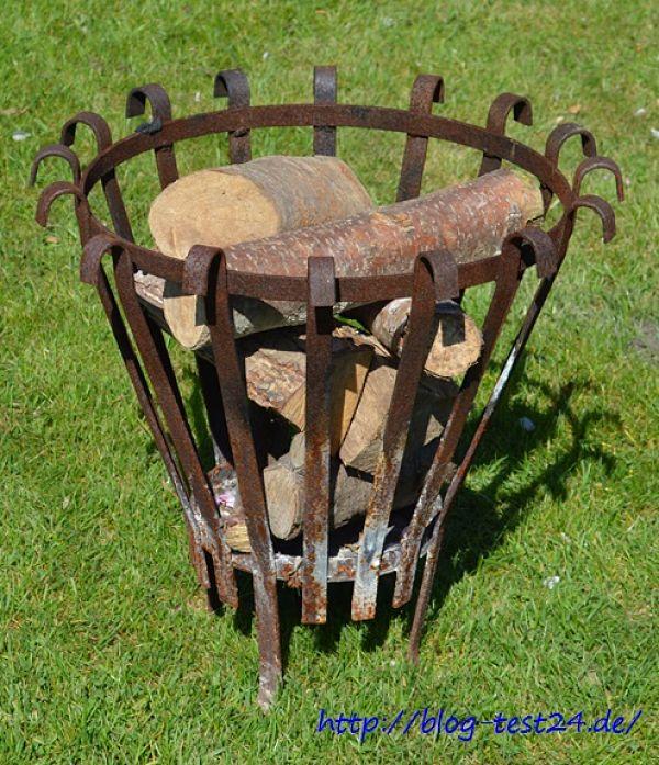 Feuerkorb mit Holz